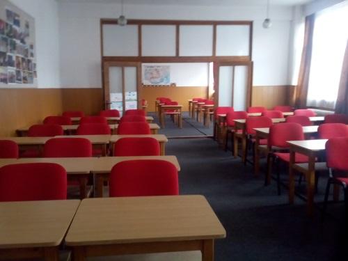 scoala gimnaziala iuliu maniu - sali de clasa