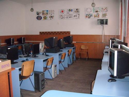 scoala gimnaziala iuliu maniu - laborator de infromatica